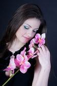 Menina com uma orquídea — Fotografia Stock