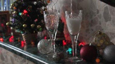 шампанское заливается в очки — Стоковое видео