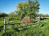 Inhägnade höstack på landsbygden — Stockfoto