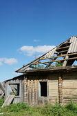 Ruinen von einem wimmelte holzhaus in einem dorf — Stockfoto