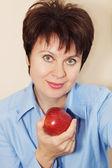 Portret kobiety ładne z jabłkiem — Zdjęcie stockowe