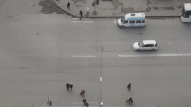 Traffic on a busy street. View from above — Stock Video