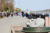 Monument of homeless dog at embankment of Tom river in Kemerovo city — Stock fotografie
