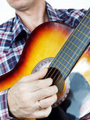 Musician plays guitar — Stock Photo