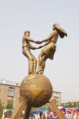 Youth sculptural composition in the town of Belovo, Kemerovskaya region, Siberia, Russia — Foto de Stock