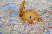 Alte Uhr auf Karte — Stockfoto