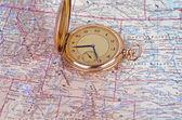 Relógio antigo no mapa — Fotografia Stock