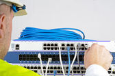 Servidor y los cables durante el chequeo — Foto de Stock
