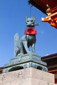 Fox holding a key in its mouth, Fushimi Inari Shrine, Kyoto, Japan — Stock Photo