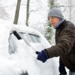 Man removes snow from his car — Stock Photo