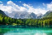 Arka planda dağlar ile güzel göl — Stok fotoğraf