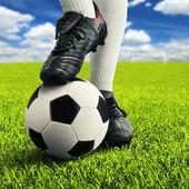 Los pies del jugador de fútbol en la pose informal — Foto de Stock