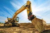 Grande escavatore davanti al cielo blu — Foto Stock