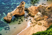Praia rochosa com água limpa — Foto Stock