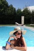 Holky v bazénu se sluneční brýle — Stock fotografie