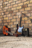 Klasický a elektrická kytara plus zesilovač — Stock fotografie