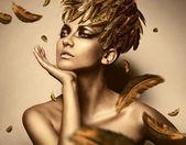 Mujer sexy en sombrero de la pluma de oro — Foto de Stock