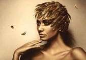 Donna con cappello piuma d'oro — Foto Stock