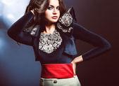 Portret kobiety brunetka w kurtkę z koronki — Zdjęcie stockowe