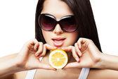 Sexy kobieta z cytryny w ręce — Zdjęcie stockowe