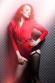 赤唐辛子で魅力的なセクシーな女性 — ストック写真