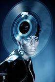 Atrakcyjna kobieta z płyta winylowa na głowie — Zdjęcie stockowe