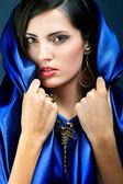 Молодая девушка в голубом платье — Стоковое фото