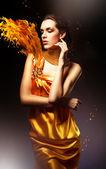 Mujer con vestido amarillo — Foto de Stock