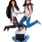drie studenten met laptop — Stockfoto