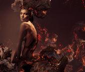 Sexy attraktive nackte frau in brennenden asche — Stockfoto
