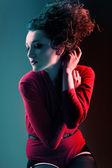红色与高卷发发型的女人 — 图库照片