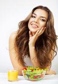 Schöne frau in der küche mit saft und salat — Stockfoto