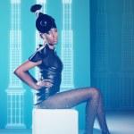 Disco kvinna på stolen med pelargången på den väggen och neon lig — Stockfoto