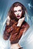 Ganska attraktiv erotiska kvinna i brun jacka med spindel — Stockfoto