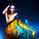 Mulher sexy sensual em amarelo longo vestido e splatter — Foto Stock