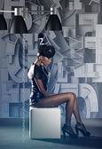 Futurystyczny kobieta usytuowanie w fotel w labirynt — Zdjęcie stockowe