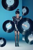 Disco frau schreit mit vinyl-schallplatten in händen — Stockfoto
