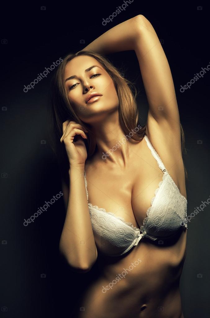 Сексуальная девушка в белом лифчике фото