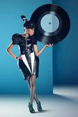 Onun elinde büyük vinil kaydı ile disko Afrikalı kadınlar standları — Stok fotoğraf