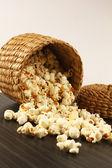 Popcorn in ciotola isolato con sfondo bianco e marrone — Foto Stock