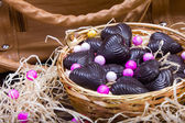 Domowe czekoladki w metalowy kosz z torebki — Zdjęcie stockowe