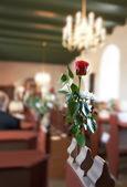 Ein foto von einer roten rose - hochzeit in einer dänischen kirche — Stockfoto