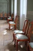 一张椅子在历史的老房子中的照片 — 图库照片