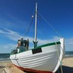una foto de un barco pesquero danés en la playa — Foto de Stock
