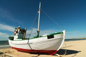 Ett foto av fiskebåt på stranden, jylland, danmark — Stockfoto