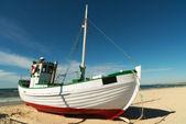 Una foto del barco de pesca en la playa, jutlandia, dinamarca — Foto de Stock
