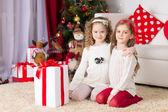 Jul, x-mas, vinter, lycka koncept - två bedårande lockig flickor leker med presentask — Stockfoto