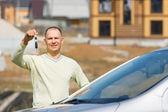 Man holding car keys — Stock Photo