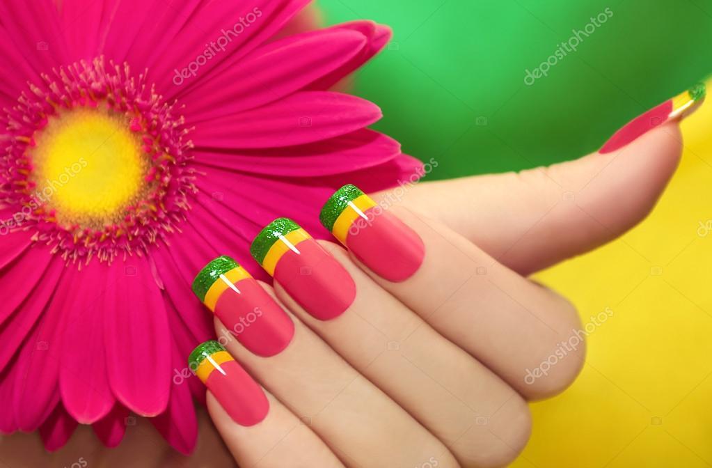 маникюр из ярких цветов фото