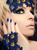 Luxurious blue makeup and manicures. — Stock Photo